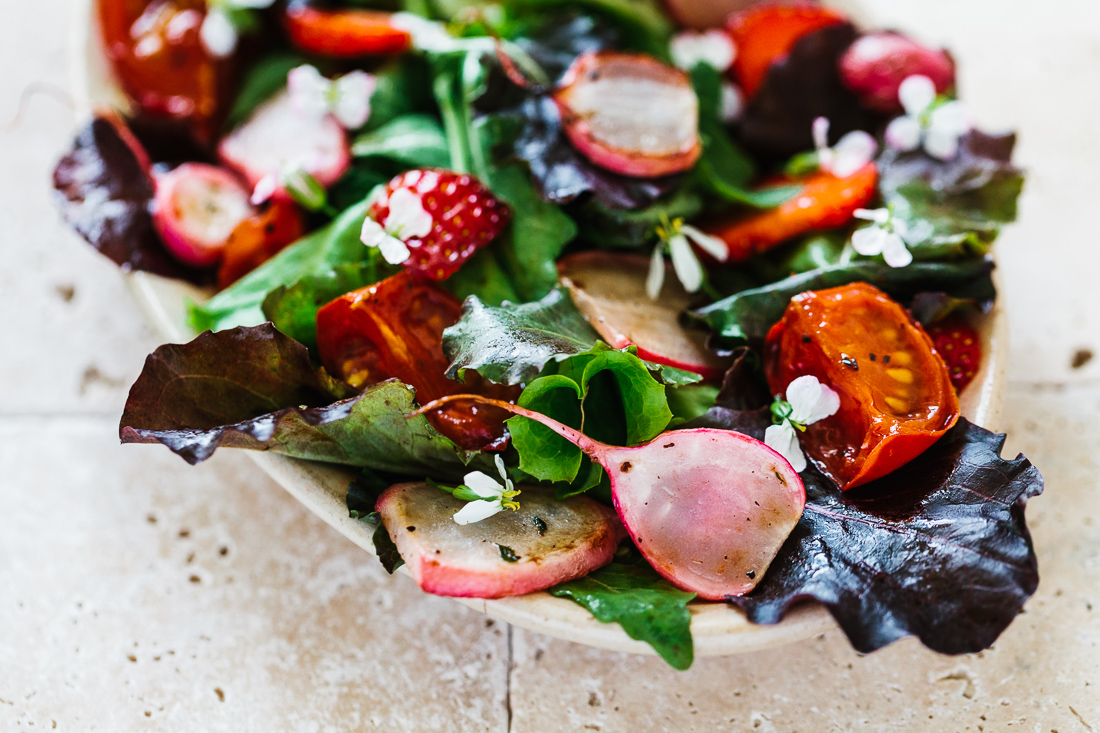 Salad with strawberries & stir-fried radishes